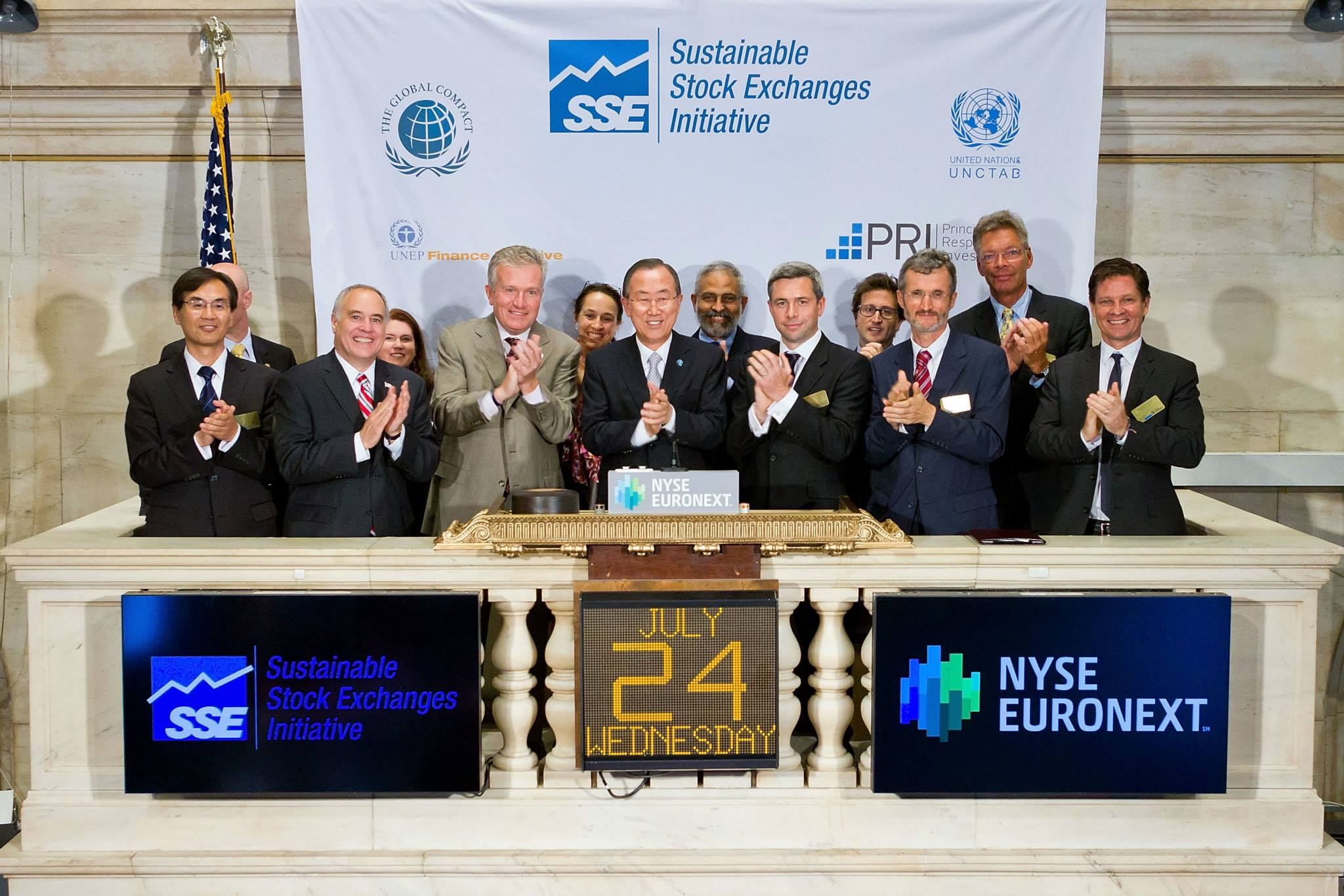 UN Secretary-General Ban Ki-moon rings the closing bell at NYSE Euronext to commemorate the exchange group's joining the United Nations Sustainable Stock Exchanges (SSE).