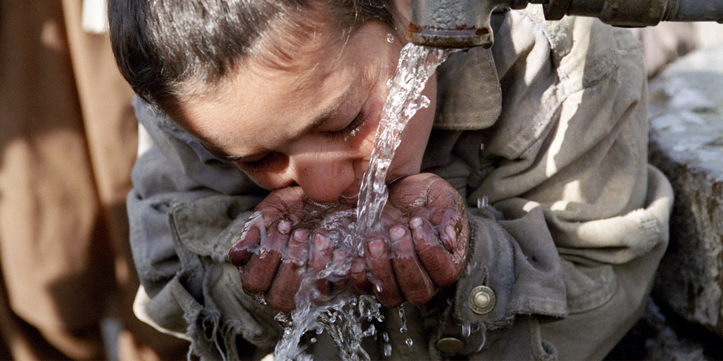 E977d4eb78b084733a5abe6b30e9953e76e2e1e6   tap water child